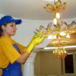 Откуда возникают загрязнения на потолке, лампах и люстрах и что с этим делать?